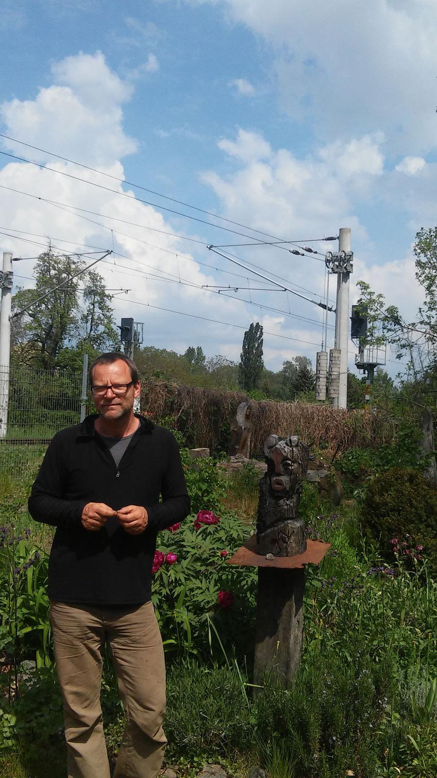 Christoph Hundhammer, dort wo viele seiner Skulpturen entstehen: Im Blockstellwerk Elsteraue, Foto: Alrun Tauché