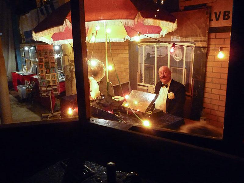 Max Laube mit seinen Schellackplatten unterhielt am Straßenbahnhof die Gäste mit passender Musik.